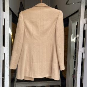 Lækker ældre Balenciaga jakke.  Jakken fremstår i flot velholdt stand.  Der medfølger ikke originalt købstilbehør til jakken.  Jakkener størrelse small.