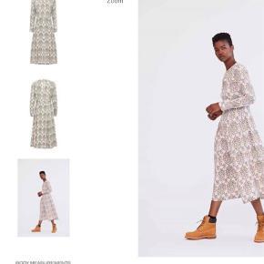 Varetype: Holin  Farve: Multi Oprindelig købspris: 3500 kr.  Smuk silkekjole, som jeg ikke kan bruge pga graviditet