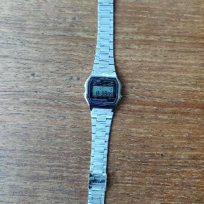 Casio ur. Kun brugt i en kort periode. Ingen ridser i glasset og kun få brugsspor i remmen.