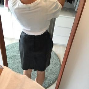 Vintage sort læder nederdel, helt classic med lynlås bagpå, lommer og pynte knapper foran :)