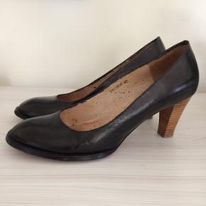 Klassiske sko fra Sophie Schnoor. Jeg har farvet dem sorte med narvsværte, og har ikke været så forsigtig🙄 Det kan ses inde i skoen og lidt på den ene hæl. Ikke noget man ser når man har dem på. De er højst brugt 5-6 gange, og er derfor rigtig flotte.