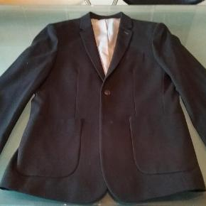 Flot og gennemført sort blazer. Prøvet på få timer  Købt i forkert størrelse  Blazer Farve: Sort Oprindelig købspris: 1000 kr.