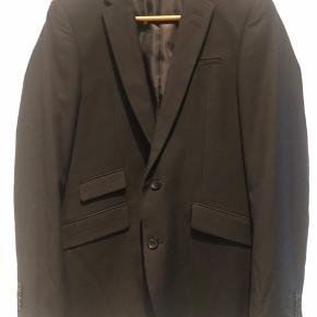 Sort blazerjakke fra Tailored Originals, næsten ikke brugt. Polyester, viskose og uld-blanding. Rigtig god pasform. Nypris 1100 kr.