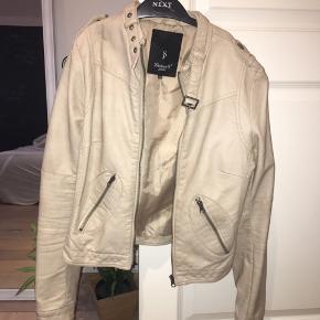 Super lækker jakke i imiteret skind fra Sisters Point. Aldrig brugt.