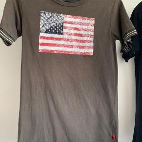 2 t shirts, Grunt og Pomp de Lux, samt en bluse fra Diesel sælges samlet