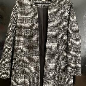 Sort og hvid ternet  Polyester / uld Ingen knapper foran kan kun stå åben.