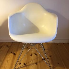 Sælger min Eames DAR stol grundet flytning. Stolen har en del skrammer, hvoraf prisen. Jeg har dog haft et skind på, og så kan man ikke se det.   Afhentes i Aarhus C