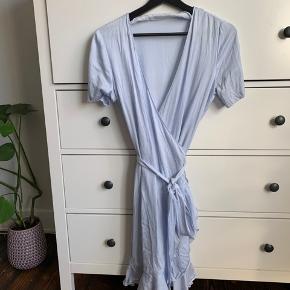 Fineste slå-om kjole fra Samsøe & Samsøe 💙