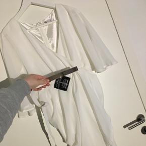 Sød hvid kjole med bælte 🌸