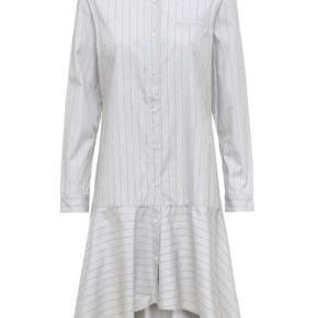 Virkelig fin kjole fra Julie Fagerholdt. Kjolen er aldrig brugt, men vasket i hånden en enkelt gang.