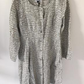 Virkelig lækker gennemknappet kjole/frakke fra McVerdi i hør. Farven er mest korrekt på billede 3. Str hedder xs, men svarer snarere til en M. Frakken/kjolen har masser af vidde forneden og lange ærmer - aldrig brugt. Længde 92 cm Bytter ikke.