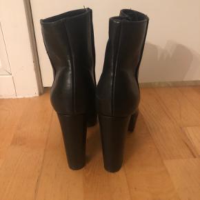 Brugt en gang - købt på zalando - hælen er 9-10cm og der er ca 3cm plateau