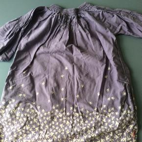 Smuk kjole med trekvarte ærmer. Fugletryk. Stoffet er let forvasket. Skulder og ned 70 cm Brystvidde 46*2 cm