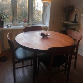 Fineste ældre teakbord sælges mod det rette bud.   Har brugsridser hist og her, de største er vidst på billederne. Ellers fin stand.  Der er mulighed for tillægsplader, men disse er IKKE med, da de ikke haves.   Højde: 73 cm  Ø: 110 cm  Kan nemt transporteres da bene kan skrues af bordet. Afhentes på Østerbro.  Obs stolene sælges ikke!