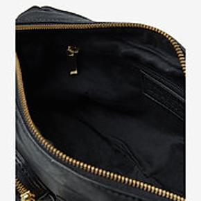 Ny, direkte fra lager og aldrig brugt, dog udpakket.    Lækker og stilfuld crossbody taske i 100% skind med fine gulddetaljer fra Depeche. Tasken har en mindre lynlås lomme på bagsiden, fire frontlommer og lukkes med lynlås i toppen. Indvendig har tasken et stort rum med en mindre lynlåslomme samt en åben mobillomme. Der medføgler en lang justerbar og aftagelig crossbody rem, hvilket giver denne taske flere muligheder og kan styles på forskellige måder.  Mål: Højde: 17 cm, længde: 30 cm, dybde: 9 cm.