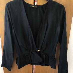 Smuk sort blazerjakke med skød fra Stine Goya Brugt, men fin!