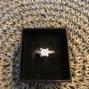 Super smuk ring fra Birgitte Munch! Købt i Bettina beltner. Passer en størrelse 50 Brugt få gange. Sælges grundet oprydning og flytning.