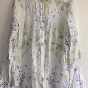 Varetype: Langærmet Farve: Hvid  Super sød og feminin skjorte. Meget pæn stand. Så god som ny