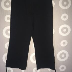 Sælger disse helt nye, fine sorte tre kvart bukser fra DEPARTURE. 🤗 Med flot fletsnørre forneden i hver side af buksebenene. 😊 Mvh Julia Maria.
