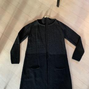 Super fin klassisk Linnebjerg trøje i tofarvet grå/sort, brugt få gange, aldrig vasket. Meget fin stand.