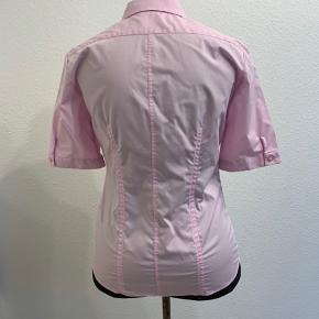 Super fin eterna skjorte i en soft pink med flotte knapper med perlemors look og fine detaljer på ærmerne. Hvem sksl være den heldige ejer af denne lækre skjorte🤩