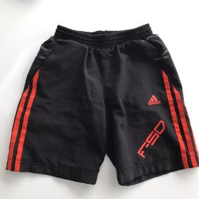 Sort og orange Adidas shorts str.128 - 8 år