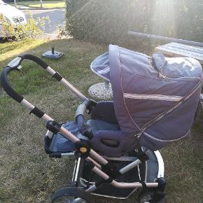 Super flot klapvogn som er blevet brugt som ekstra vogn ved familiens oldemor. Står rigtig fin. Den er self brugt men fejler intet. Den har dreje hjul som os kan låses, kan lægges helt ned, indbygget Sele, sædet kan vendes, styret kan vendes og justeres i højden, en lille lomme på kalechen samt et lille vindue så man kan kigge ned til barnet hvis barnet kigger væk fra en. Der medfølger kørepose.  Fra røg og dyrefrit hjem
