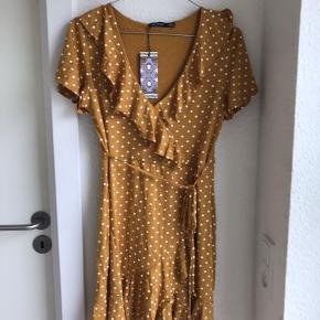 🌸SIDSTE CHANCE, KØB FOR 80 KR. I DAG🌸  Flotteste kjole sælges, da jeg ikke har fået den brugt. Det er en størrelse medium, men da den er lille i størrelsen, passes den bedst af en small. Den er helt ny og stadig med prismærke. Nypris er 210 kr.   Kan sendes på købers regning🌸
