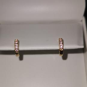Sif Jacobs Ellera Piccolo øreringe  1 par med lyserøde zirkoner 1 par med hvide zirkoner