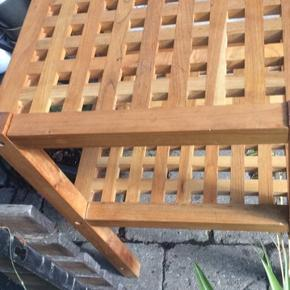 Fint kvadratisk træ bord med hylde. Mål:36x36cm og 55cm høj.
