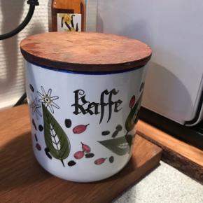 Fed kaffedåse i keramik fra Knabstrup Keramik 😍 kan bruges ved siden af Nespresso - maskinen, eller til opbevaring af noget helt andet. Fra Pernille-serien. Retro genstand 👌🏼 måler ca. 13 cm inkl. låg i teaktræ. Låg mangler gummikant. Har ingen afslag, men har nogle hårrevner indeni, dog ingen praktisk betydning ☕️  fedt samleobjekt!   Bemærk - afhentes ved Harald Jensens plads eller sendes med dao. Bytter ikke 🌸  💫  Knabstrup krukke keramik retro lågkrukke kaffe kaffeholder