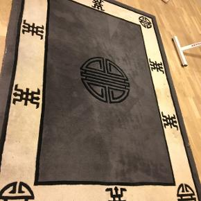 Ren ny uld gulvtæppe fra Kilroy Collection. Mål: 137 cm i længdenHar nogle få pletter ude i ene side, derfor den gode pris, men hvis det skal være op af væg ser man det ikke meget.