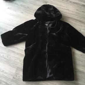 Vintage faux fur jakke sælges ❄️Jakken har lommer og en fin hue bag på.  Den går mig til ca. midt på låret (jeg er 170 cm).   Sender helst ikke da den er kæmpe stor, men hvis det bliver nødvendigt finder vi ud af det 😅🙈