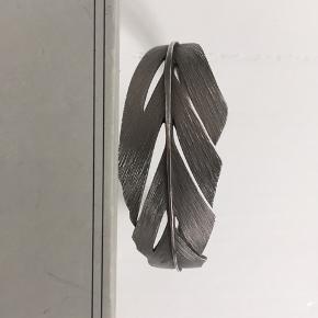 Smukt Miss Barks Grey armbånd i silkemat ruthineret Sterling-sølv. Det er 57 mm langt og 40 mm bredt. Det kan reguleres.   Varen befinder sig i KBH K.