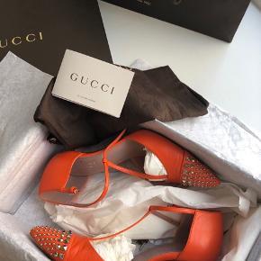 Flotte stiletter fra Gucci i Hermès orange med nitter i sølv. Str 37,5.  Købt i Gucci butikken i Hamborg. Æske, dustbags mm medfølger. Sidste billede er blot for at vise at samme model sælges for DKK 2800 i luksus genbrugsbutik i Kbh.  Køber betaler porto og gebyr.