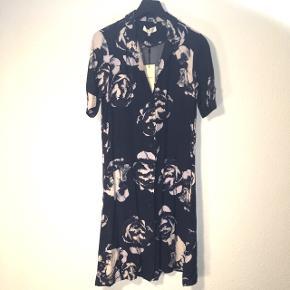 Let sommerkjole med blågrå bund og lyserosa blomsterprint nypris 599,99kr  Sender gerne på købers regning  Evt byd 🤗