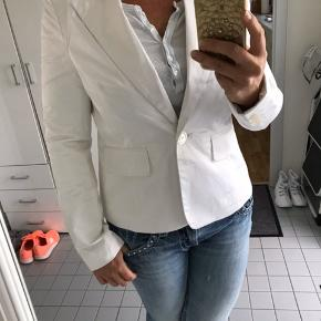 Sara Kelly by Ellos flot blank hvid blazer. De skriver str. 40 men vurderer den til str. 38/40 medium/ lille large.