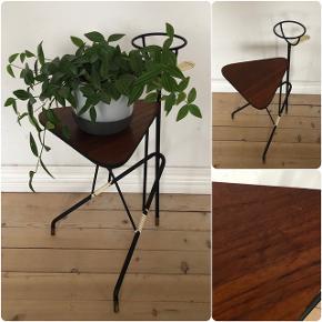 Super fint lille blomsterbord i teak ❤️❤️❤️ H51 B29 D36 cm. Pris 325,- kr.