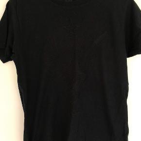 Zadig&Voltaire t-shirt med motiv på maven, brugt få gange. Passer en xs-s.