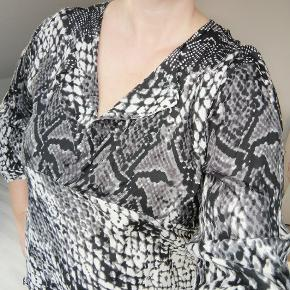 Masai tunika i slangeprint i sort/hvid/grå 100% viscose Brystmål 55 cm x 2 Længde ca. 75 cm