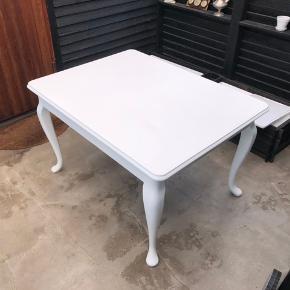 Hvidmalet spisebord i god stand.