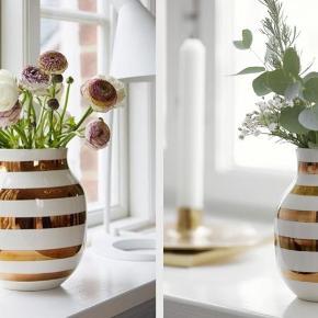Lille Kähler jubilæumsvase. Det er vasen til højre på billedet. Måler 12,5 cm.  Aldrig brugt, kommer i æske.