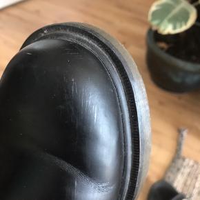 Et par super lækre dr. Martens støvler sælges. De er brugt, men fremgår i rigtig fin stand. Jeg får dem ikke brugt, så håber en derude har lyst til at give dem et nyt liv😊