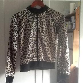 Varetype: Bomberjakke Farve: Leopard Prisen angivet er inklusiv forsendelse.