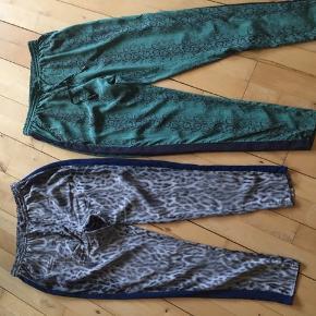 To par bukser fra Custommade med snake Print. I meget god stand. Str. 36 i silke/polyester. Snørrer i livet med behageligt loose fit. Sælges kun som par.
