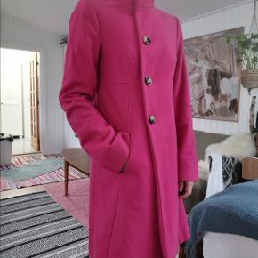 Den her jkke er det perfekte forårs og sommer item med knald på farverne!  Flot hot pink trenchcoat fra united colors of Benetton. Passer en str small