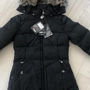 Hel ny super lækker vinterjakke. Pels kan knappes helt af, er normal i str. 100 procent vind og regn tæt. Utrolig lækker varm vinter jakke.