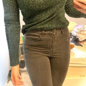 Mega fede bukser med en fed læderstribe ned gennem buksen der klæder en så godt. De sølges da de er for store til mig. 🖤