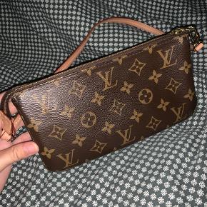 Sælger min Louis Vuitton Pochette Accessoires skulder taske. Den er i perfekt stand, brugt meget lidt. Tasken er udsolgt, og kan derfor ikke købes på nettet. Alt medfølger til tasken (kvittering, dustbag, æske osv.)   Tasken er meget eftertragtet og udsolgt, derfor sælges den ikke til under 4500
