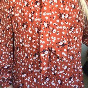 Sælger den sødeste bluse med mange fine detaljer 🌸